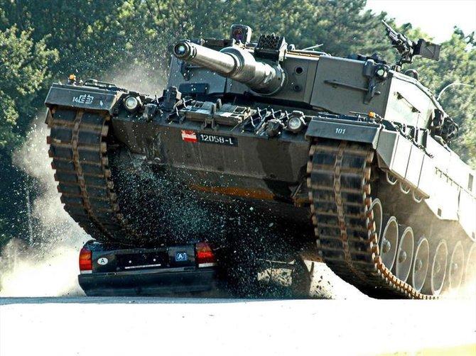 a1客车压铁饼的技巧- 开坦克碾压小汽车图片