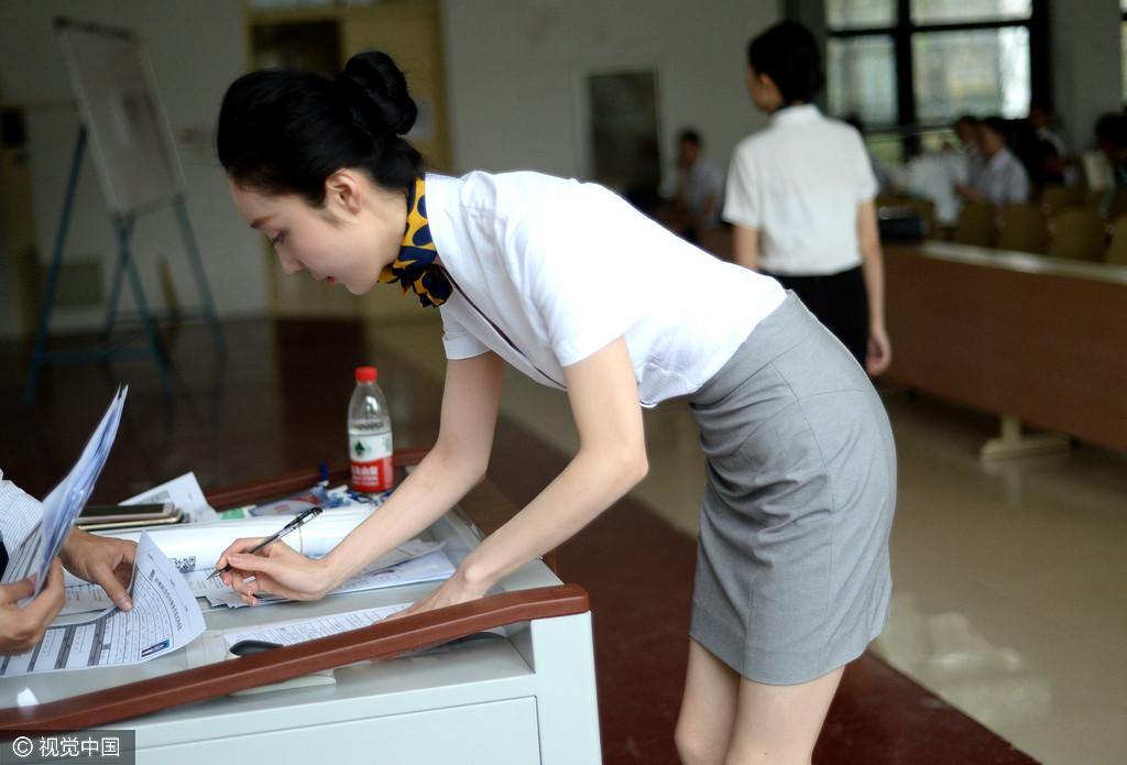 空姐招聘进高校 吸引200多名大学生应试
