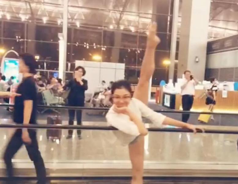 【飞机晚点 芭蕾舞团候机厅里表演即兴舞蹈】-突袭网
