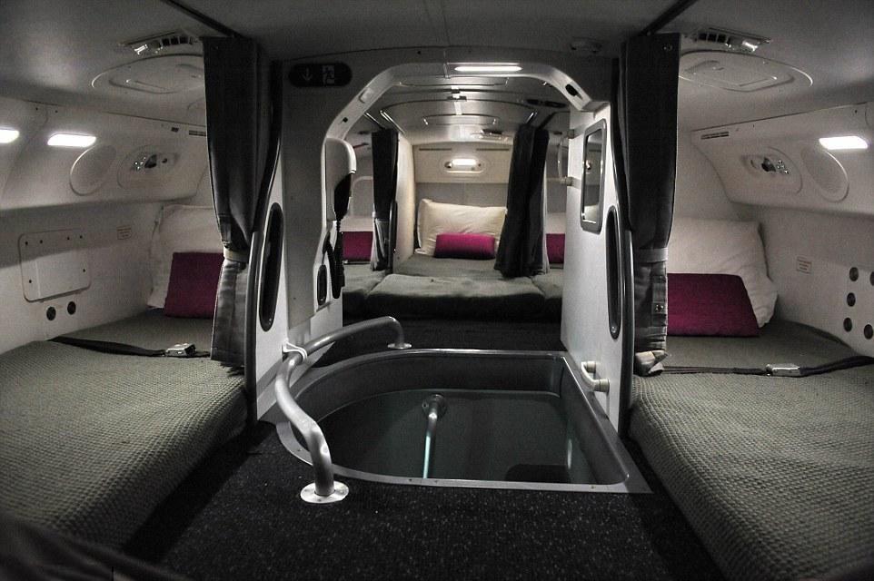 空姐空少在飞机上都是怎么睡觉的?