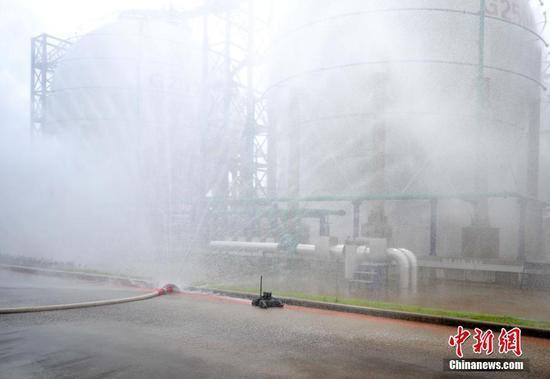 浙江危化品事故演练 机器人替人进入危险区域
