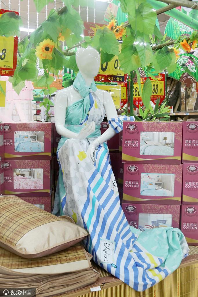 """海带做裙子140@365"""" /> 2016连日来,记者走访了市内多家超市发现,工作人员们为了表现所销售商品的质量和内涵,别出心裁地为商品摆起了造型,吸引了不少顾客驻足观看。极具小清新气息的花朵蝴蝶、洁白优雅的婚纱、开屏的孔雀、高大上的中国馆、魁梧的兵马俑等让顾客直呼城会玩。图为超市工作人员用海带制作的裙子。 [[img src=""""http://simg."""