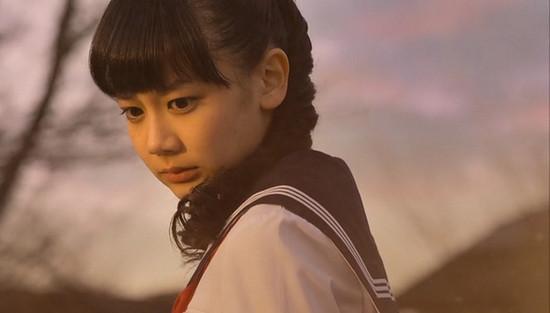 女一号雾岛董香由在《变态假面》中饰演姬野爱子的女星清水富美加饰演