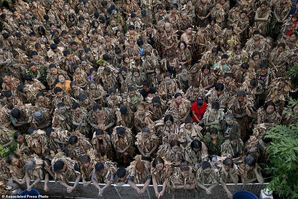 菲律宾祭祀礼 数百人裹香蕉叶全身沾满烂泥巴 - 双梅 - 张静华