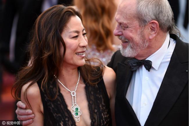 杨紫琼是受邀演出007系列影片《007之明日帝国》的第一位华人女主角