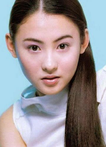 张柏芝素颜现身似18岁大学生