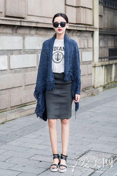 示范搭配:长袖t恤+流苏围巾+高腰铅笔裙+厚底凉鞋