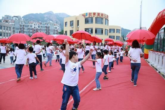 青岛红黄蓝山水名园幼儿园园内热闹非凡,孩子们,老师们,家长们欢聚在