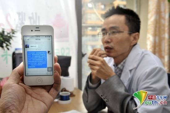 2014年10月13日,成都。老中医吕即来主动接受挑战,并豪掷20万摆擂,希望在癌症、肿瘤等多个方面全面与西医对决。吕医生设置的10元看病箱。(CFP) 近日,中西医争论的战火烧到了中医诊脉验孕这个话题上。北京一位网络名人阿宝愿出5万奖金发起挑战,并称如果中医能保证诊脉验孕的准确率达到80%以上,这5万元奖金就归这位中医,并承诺一辈子不再说中医是伪科学。之后,北京中医药大学教师杨桢应战,在还未敲定挑战的具体方案时,成都一位老中医吕即来也主动接受挑战,并豪掷20万摆擂,希望在癌症、肿瘤等多个方面