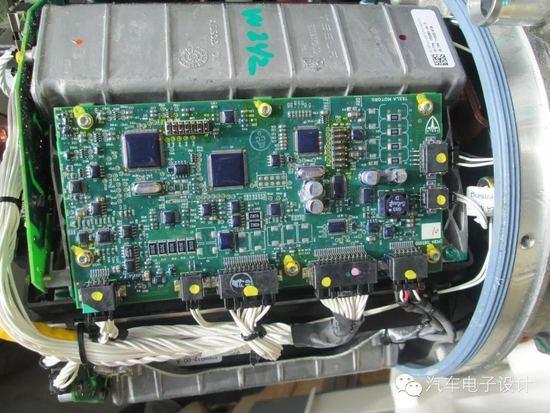 电池模组采用18650的系统方案,主要还是在以下几点考虑: 18650的工艺成熟度可以采用较新和较为冒险的化学体系 从整个模组上通过灌胶和工业上的散热方案来实现系统 整个系统通过大容量的电池来支持系统处在较低的工作区间,也降低了车辆对电池的循环次数 把所有的设计难点基本放在模组级别去解决包括熔丝设计、散热设计和灌胶设计 1.