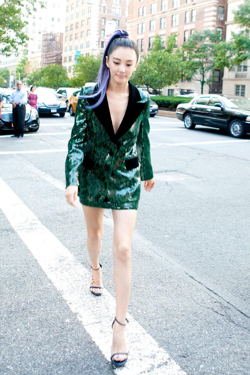"""大胆选择真空上阵配西装外套,超短裙展露修长美腿,性感火辣,""""冲天炮""""图片"""