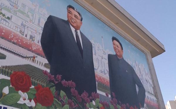 """当地时间12月17日是朝鲜前领导人金正日逝世四周年纪念日。朝鲜领导人金正恩17日零时前往锦绣山太阳宫,向金正日表示崇高敬意。17日上午,上千名平壤市民登上市中心的锦绣山,来到金正日和金日成的雕像前,献上花束并鞠躬致敬。 这在平壤乃至全朝鲜已经成为重大纪念日或节日的例行活动,人们习惯于集合在已故领导人的雕像或纪念碑下进行悼念。 不过,金正日逝世周年纪念日朝鲜人并没有假期,而是继续工作。朝鲜民众表示,""""这样才能表达对金正恩元帅的尊重。"""" 朝鲜前领导人金正日于2011年12月17日逝世,朝鲜政府于2011"""