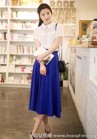 白色翻领短袖t恤搭配宝蓝色长裙