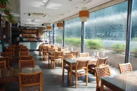 客厅阳台装修效果图:露天设计的阳台咖啡馆设计