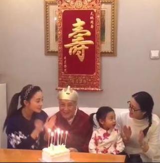 打扮甜美可爱--来源:中国青年网